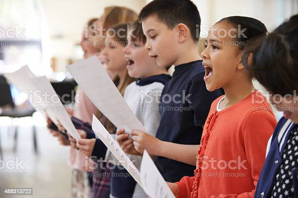 Group of school children singing in choir together picture id488313722?b=1&k=6&m=488313722&s=612x612&h=vcu9 hee6tzjd0mccku sqdk8zuwiuewwuo 2pwt77i=