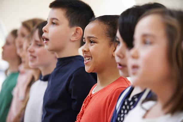 Grupo de escolares cantar juntos en Choir - foto de stock