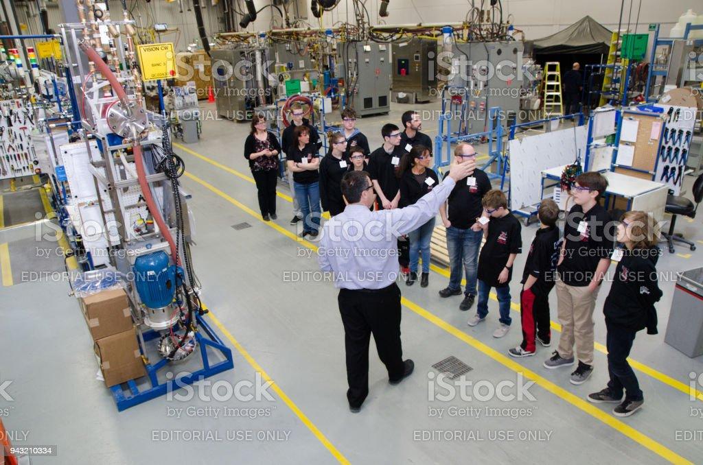 Gruppe von Kind Schüler besuchen eine Produktionsanlage – Foto