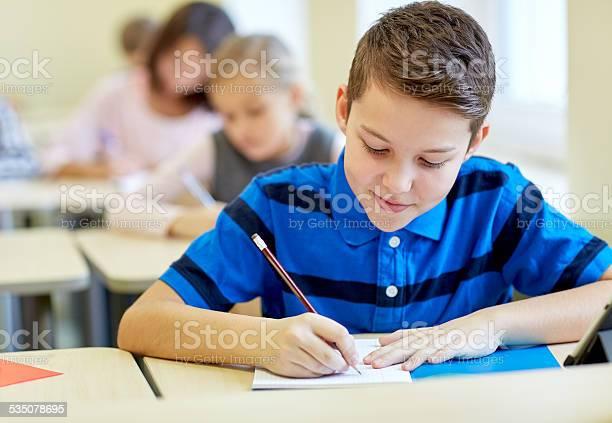 Gruppe In Der Schule Kinder Einen Test Mit Parlamentarischer Bestuhlung Stockfoto und mehr Bilder von Schulische Prüfung