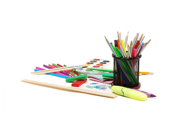 eine gruppe von schulsachen, aquarell farben, farbe stifte und marker - wortarten bestimmen übungen stock-fotos und bilder