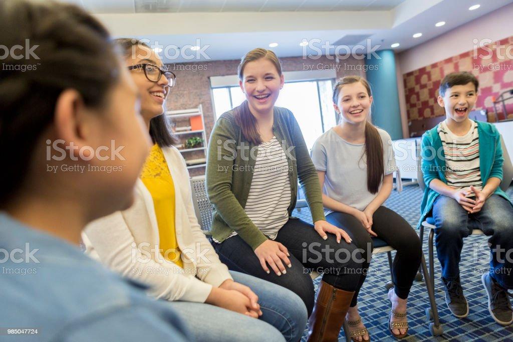 Grupo de escolares participar en debate - foto de stock