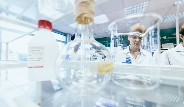 Group of scientists working in laboratory – Foto