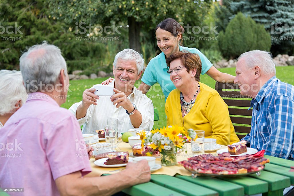 Fotografia De Grupo De Senior Adultos Celebrar Un Cumpleanos Con - Celebracion-cumpleaos-adultos