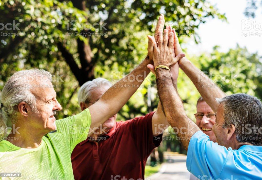 Groep van senior atleten geven een hoge vijf - Royalty-free Actieve levenswijze Stockfoto