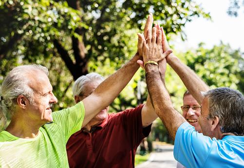 Groep Van Senior Atleten Geven Een Hoge Vijf Stockfoto en meer beelden van Actieve levenswijze