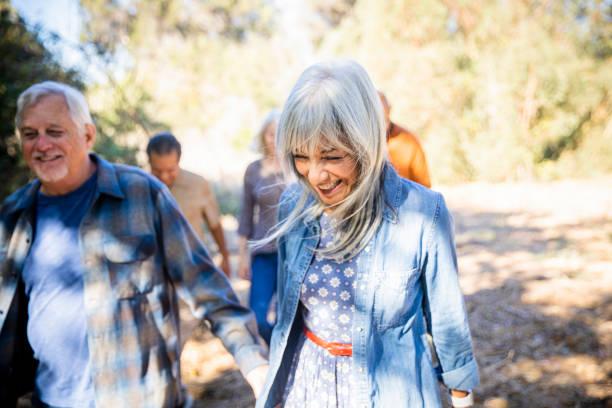 Gruppe von Seniorenfreunden, die im Freien erkunden – Foto
