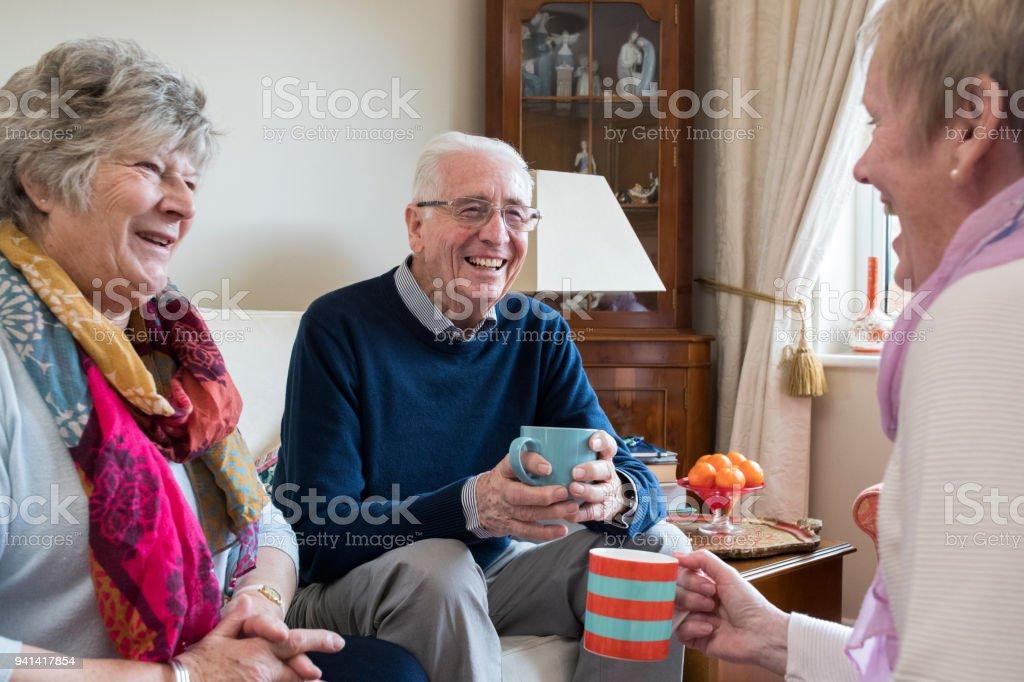 Gruppe von Senioren Freunde treffen zu Hause für Kaffee – Foto
