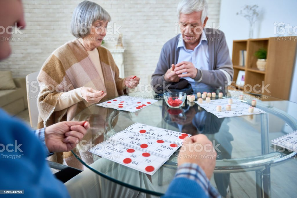 Group of senior people playing lotto – zdjęcie