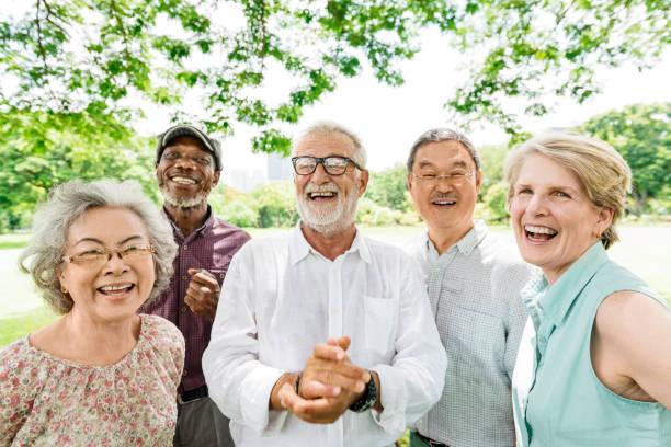 grupa starszych przyjaciół emerytalnych happiness concept - dojrzały zdjęcia i obrazy z banku zdjęć