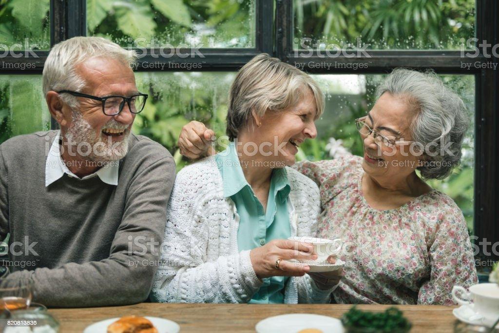 Grupo de jubilación Senior reunirse felicidad concepto - foto de stock