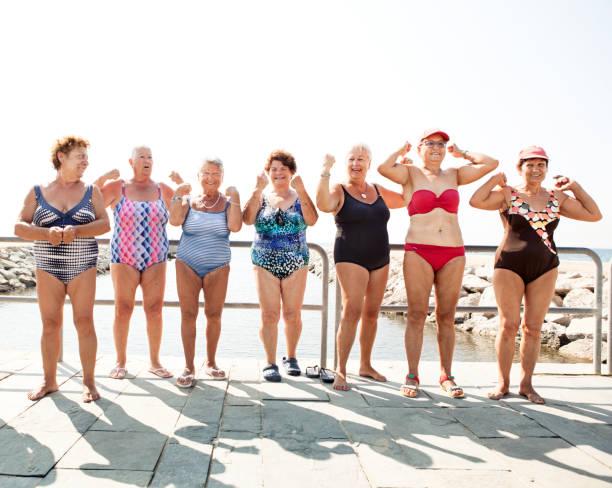 Groupe des femmes âgées Contracter les muscles - Photo
