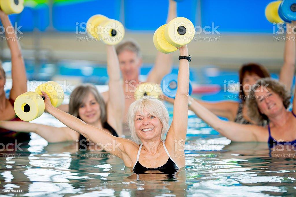 Gruppe von Senioren, die Wasser-Aerobic – Foto