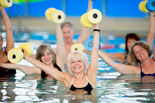 Gruppo di anziani facendo acqua aerobica - foto stock
