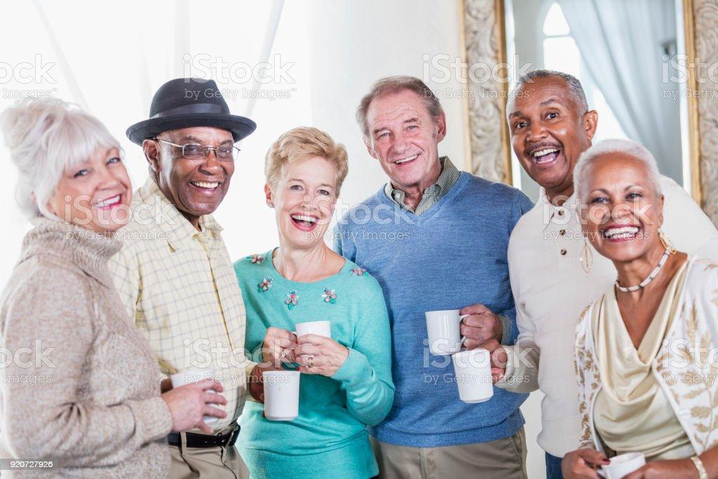 Gruppe von Senioren, die Geselligkeit beim Kaffee – Foto