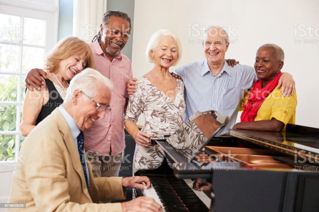 Gruppe von Senioren stehen von Piano und gemeinsames Singen – Foto