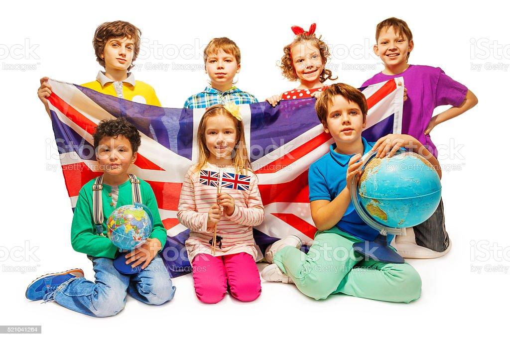Groupe de sept enfants étudiant géographie avec globes - Photo
