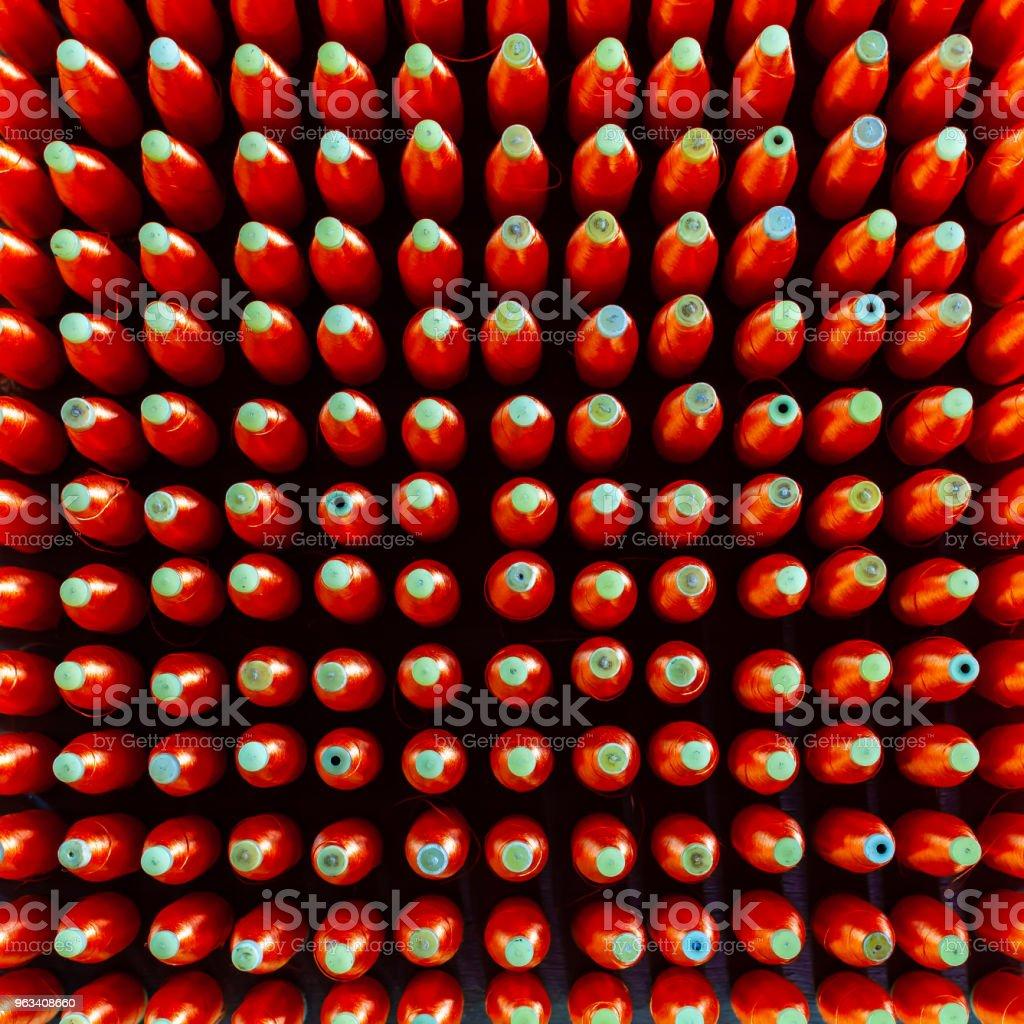 Grupa szpul jedwabiu z przędzą z czerwonego jedwabiu do maszyny tkacej do tajskiego jedwabiu tkaninowego - Zbiór zdjęć royalty-free (Artykuły do szycia)