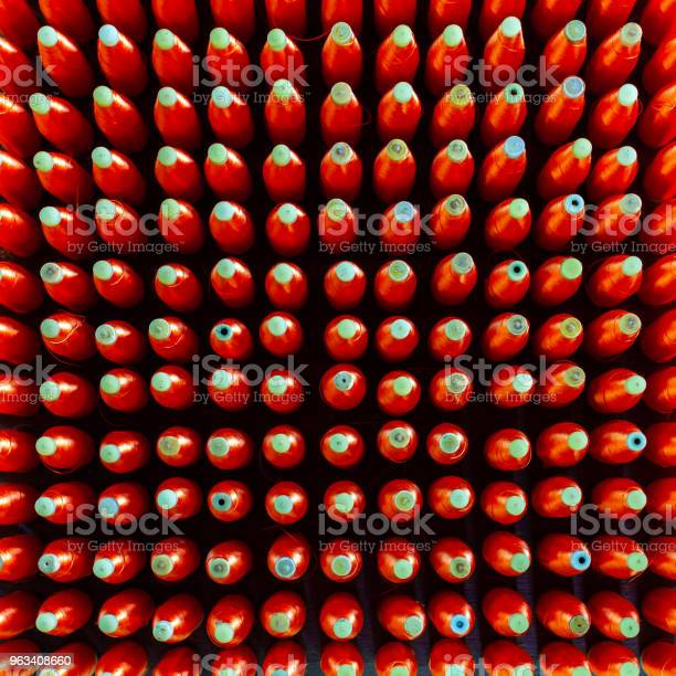 Grupa Szpul Jedwabiu Z Przędzą Z Czerwonego Jedwabiu Do Maszyny Tkacej Do Tajskiego Jedwabiu Tkaninowego - zdjęcia stockowe i więcej obrazów Artykuły do szycia