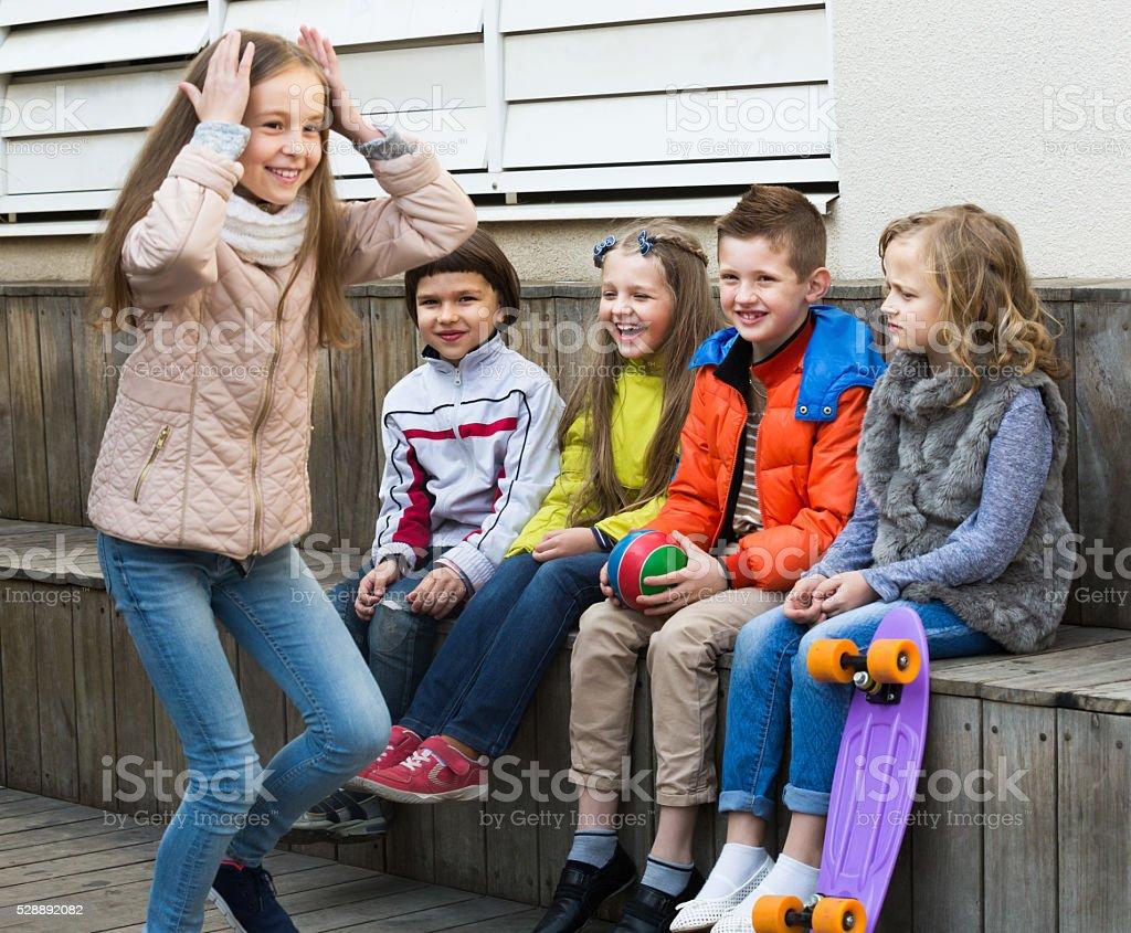 Sorrindo Grupo de crianças brincando de charadas complexas - foto de acervo