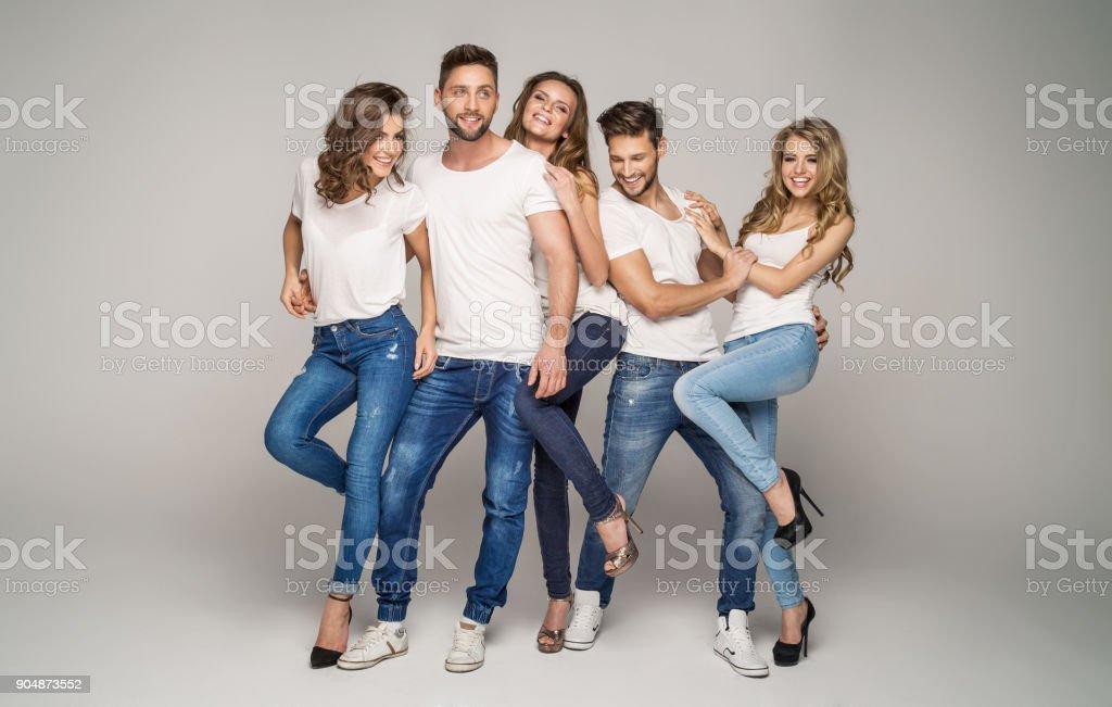 Grupo de amigos Sonriendo - foto de stock
