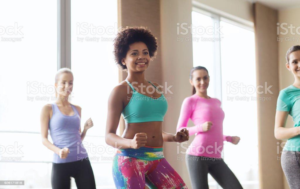 Gruppe von lächelnden Menschen-Tanz im Fitnessraum oder studio – Foto