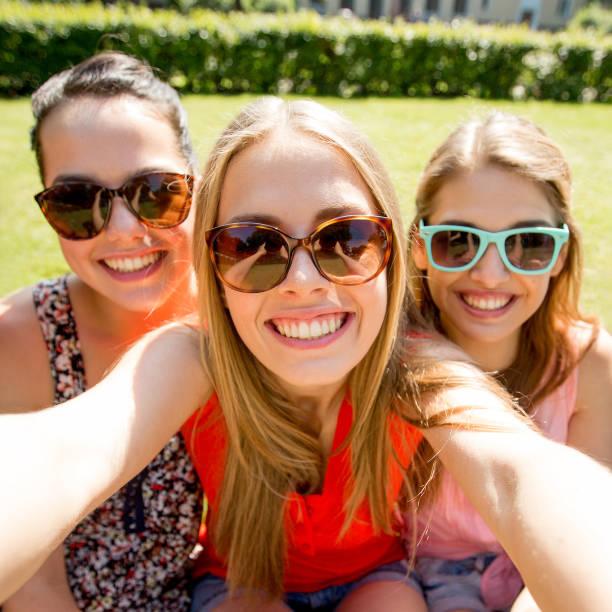 Gruppe von lächelnden teen Mädchen machen selfie im Park – Foto