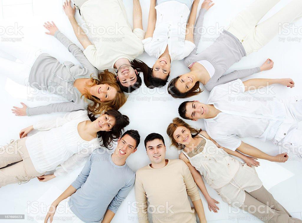 Grupa Uśmiechający się ludzi, leżącej w okręgu. – zdjęcie