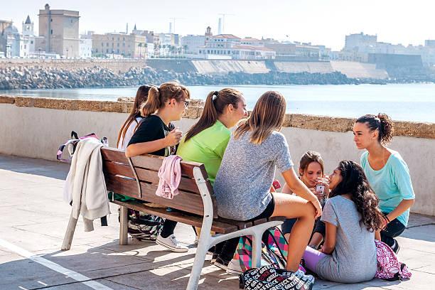 gruppe der spanische, weibliche teenager sich nach der schule - soziologie stock-fotos und bilder