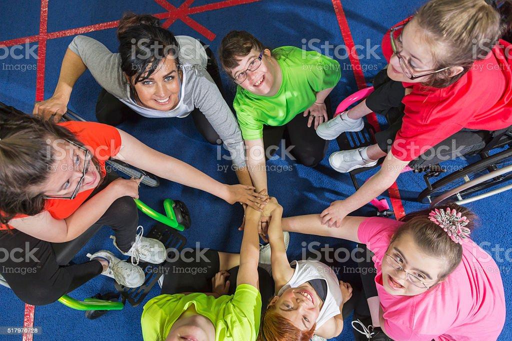 Grupo de necessidades especiais meninas mostrando o espírito de equipe - foto de acervo
