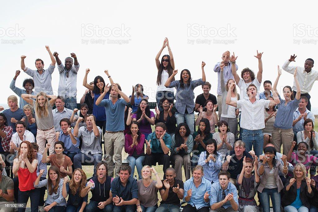 Gruppe von Zuschauern jubeln – Foto