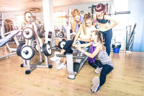 groep sportieve jonge vrouwen nemen selfie met mobiele smartphone op sportschool fitness club - gelukkige sportieve mensen in gewicht kamer opleiding studio - sociale verzamelen concept in sport levensstijl kader - call center stockfoto's en -beelden