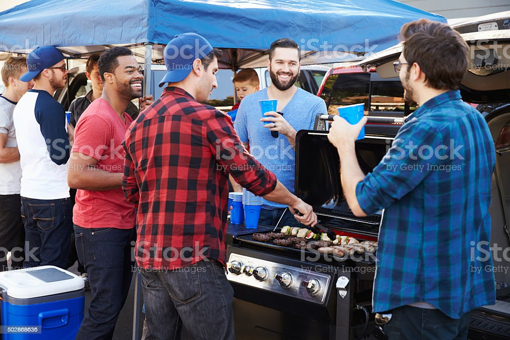 Group Of Sports Fans Tailgating In Stadium Car Park foto