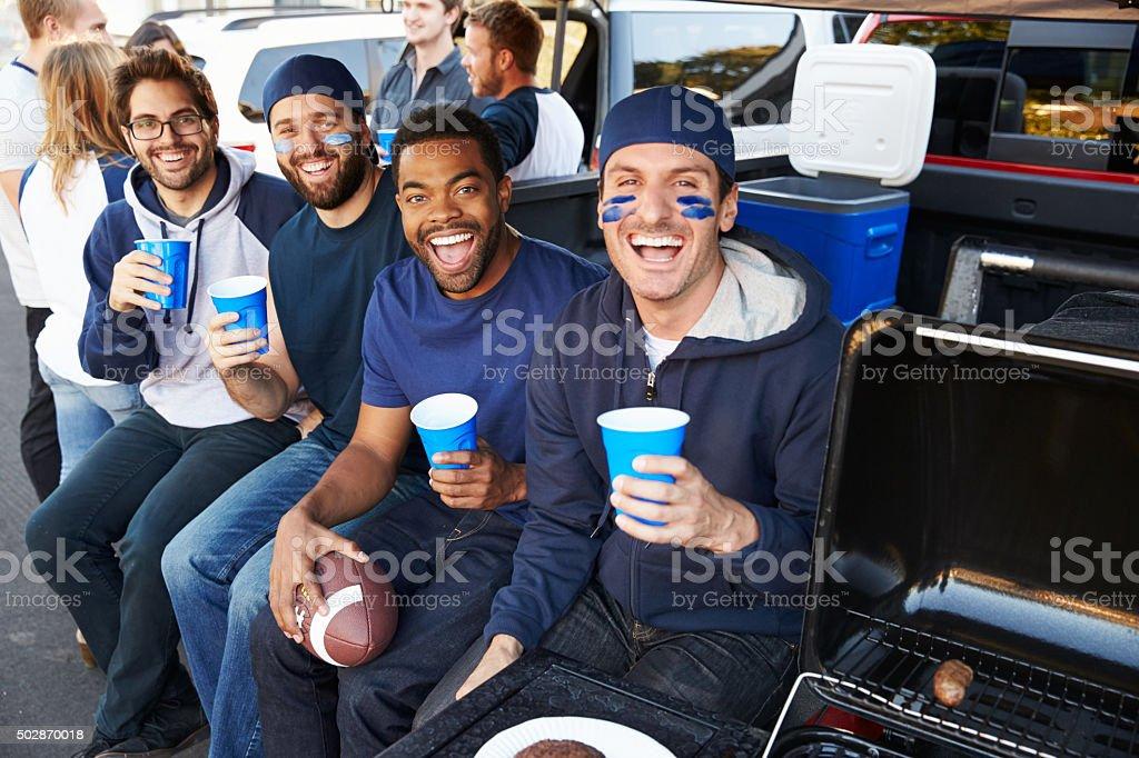 Groupe de supporters pour fête d'avant-match au stade parc de stationnement - Photo