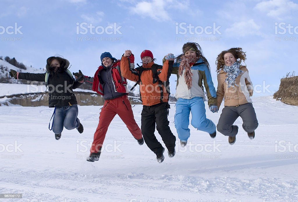 Gruppo di ragazzi saltare sport in montagna, in blue sky foto stock royalty-free