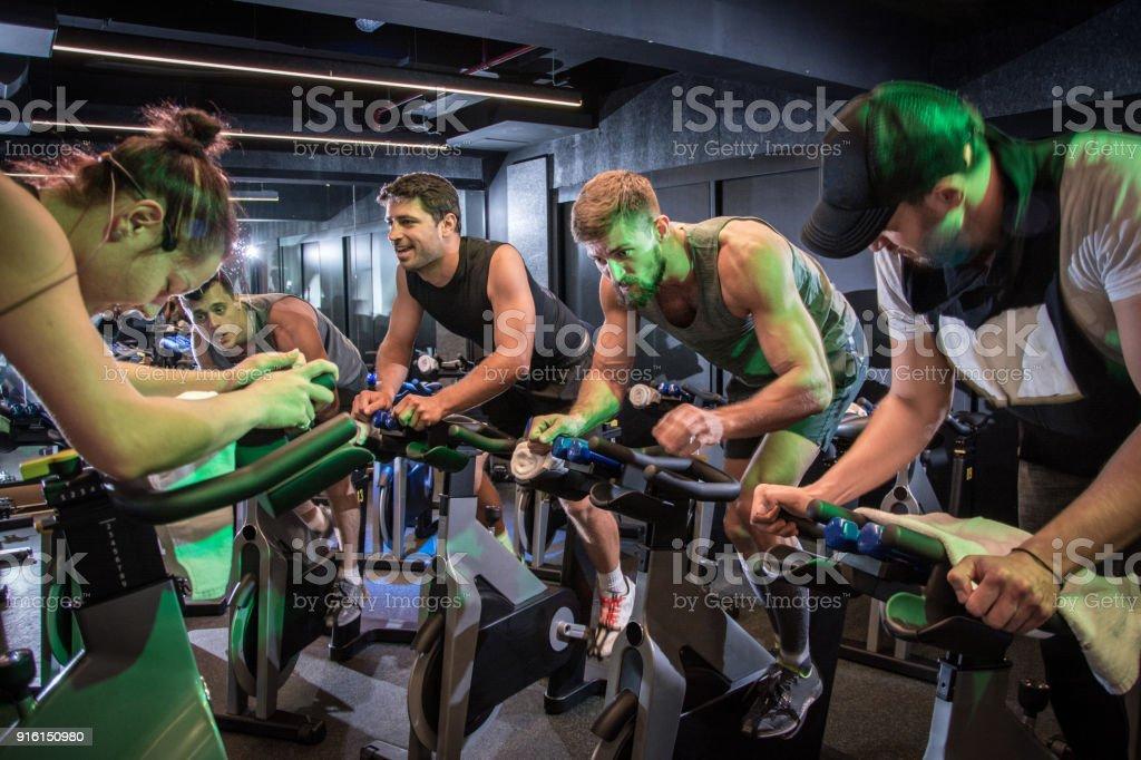 Groep sportieve mensen fietsen op sportschool. - Royalty-free Afvallen Stockfoto