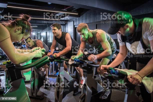Groep Sportieve Mensen Fietsen Op Sportschool Stockfoto en meer beelden van Afvallen