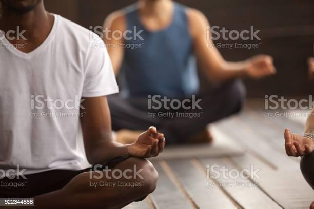 Groep Van Sportieve Mensen In Gemakkelijke Stoel Pose Closeup Stockfoto en meer beelden van Ademhalingsoefening