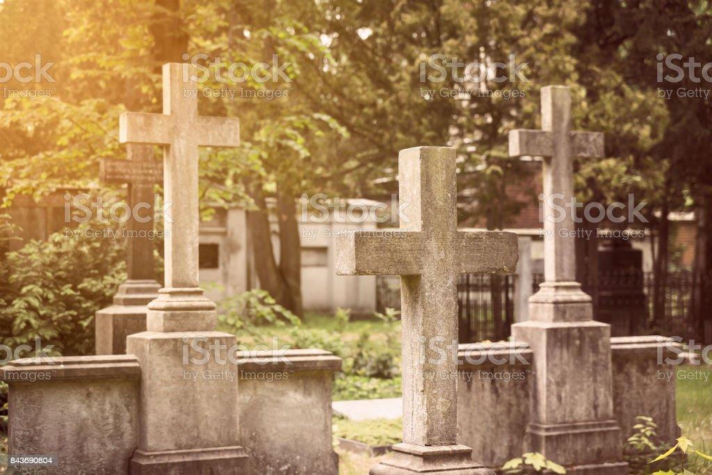Gruppe von steinernen Kreuze auf dem Friedhof – Foto