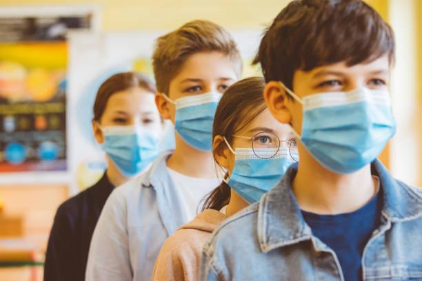 Schülergruppe an einem Gymnasium steht Schlange – Foto
