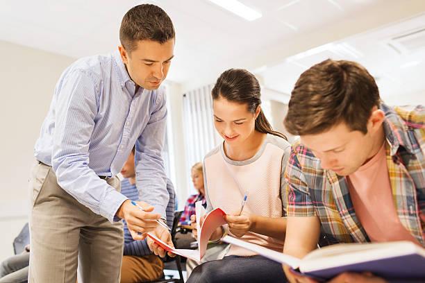 gruppo di studenti e insegnante con notebook - sud europeo foto e immagini stock