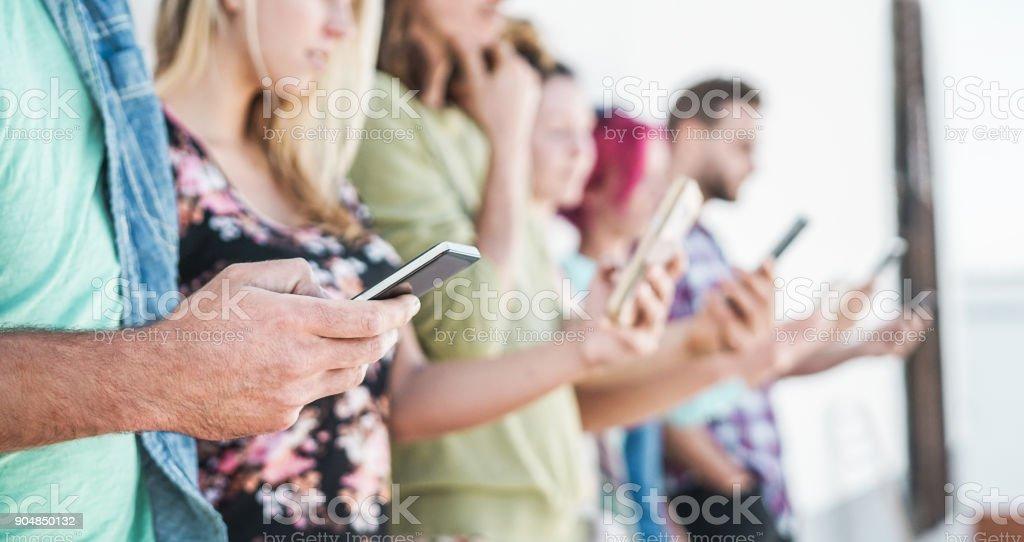 Gruppe von Studenten Freunde mit Smartphones outdoor - Spaß mit Technologie-Trends - Jugend und Freundschaft Konzept - Fokus auf Jugendliche ließ Mann Hand Handy – Foto