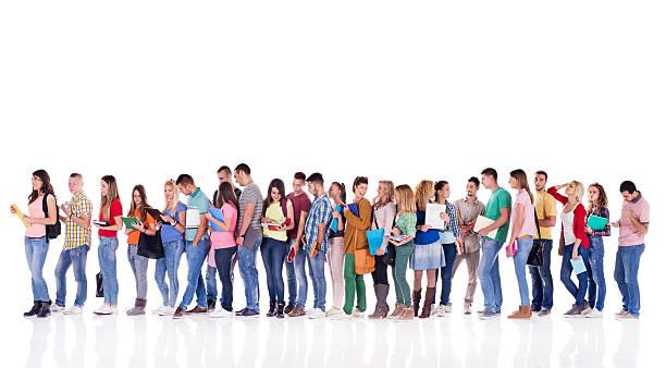 groupe d'étudiants en ligne. - queue photos et images de collection