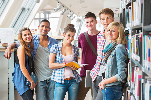 gruppe von studenten in der bibliothek - studieren in deutschland stock-fotos und bilder