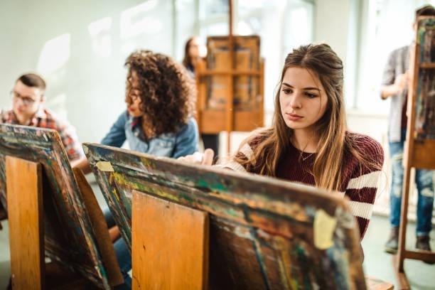 gruppe von schülern, die ihre bilder auf einer klasse im kunststudio. - high school bilder stock-fotos und bilder