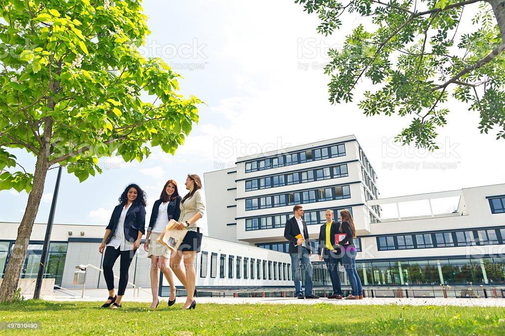 Gruppe von Studenten auf dem campus - Lizenzfrei 20-24 Jahre Stock-Foto
