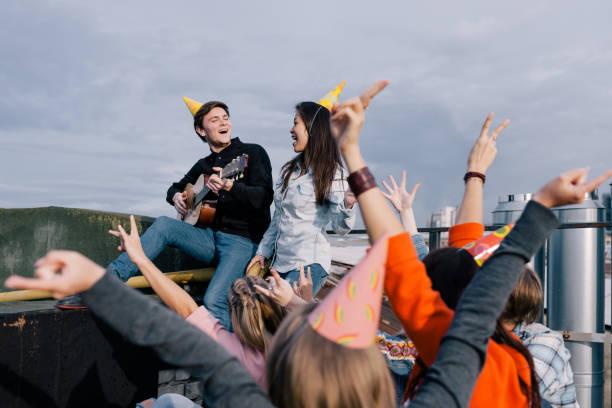 gruppe von studenten auf live-party - geburtstagsgeschenke für beste freundin stock-fotos und bilder