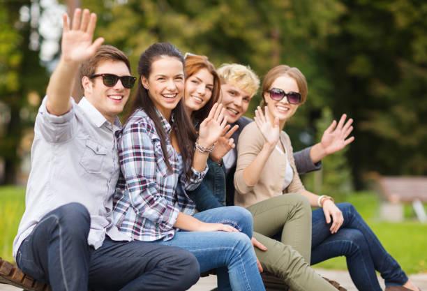Gruppe von Schülern oder Jugendlichen, die Hände winken – Foto
