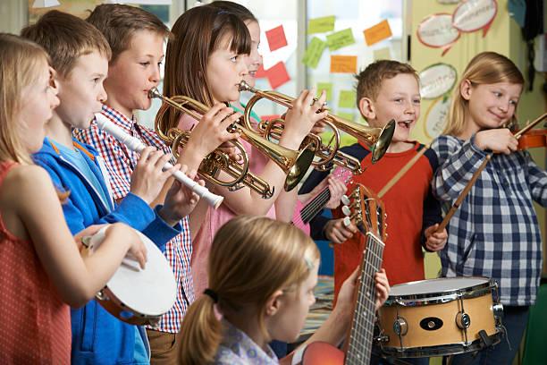 Gruppe von Schülern In der Schule Orchester spielen zusammen – Foto