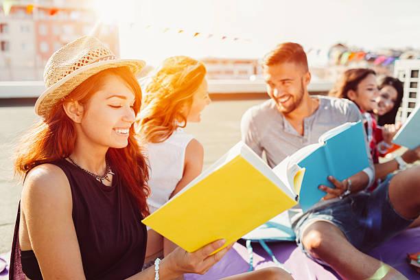 gruppo di studenti di leggere libri sul tetto - compagni scuola foto e immagini stock